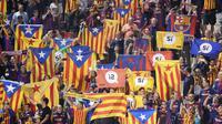 Para suporter Barcelona memberikan dukungan kepada Republik Katalunya saat melawan Girona pada laga La Liga Spanyol di Stadion Montilivi, Girona, Sabtu (23/9/2017). Girona kalah 0-3 dari Barcelona. (AFP/Josep Lago)