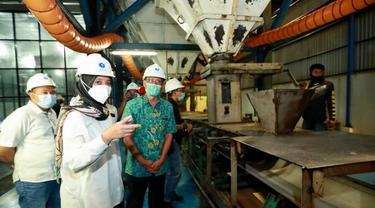 Bupati Banyuwangi Ipuk Fiestiandani mengecek proses produksi gula PT Industri Gula Glenmore (IGG) milik PTPN XII