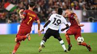 Radja Nainggolan (kanan) membayangi pemain Liverpool, Sadio Mane pada semifinal Liga Champions di Olympic Stadium,(2/4/2018). Nainggolan gagal membawa Roma ke final setelah kalah agregat dari Liverpool 6-7. (AFP/Alberto Pizzoli)