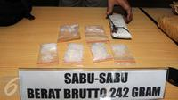 Barang bukti Narkoba jenis sabu saat digelar rilis di Polres Jakarta Timur, Sabtu (6/2). 55 orang tersangka termasuk seorang oknum pegawai Pemda ditangkap. (Liputan6.com/Helmi Afandi)