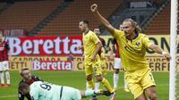 Gelandang Hellas Verona, Antonin Barak, merayakan gol ke gawang AC Milan dalam lanjutan Liga Italia Serie A pekan ke-7 di Stadion San Siro, Milan, Senin (9/11/2020). Hellas Verona bermain imbang 2-2 dengan AC Milan. (AP Photo/Antonio Calanni).