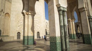 Turis berjalan di dalam masjid Hassan II, salah satu yang terbesar di Afrika, di Casablanca, Maroko (7/2/2020). Masjid ini mulai dibangun tahun 1980, didesain oleh arsitek berkebangsaan Prancis Michel Pinseau dan dibangun oleh Bouygues. (AP Photo/Mosaab Elshamy)