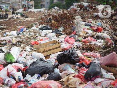 Tumpukan sampah menggunung di sekitar Jalan Masjid Al Makmur, Pejaten Timur, Pasar Minggu, Jakarta Selatan, Selasa (10/12/2019). Tumpukan sampah yang tidak hanya berasal dari warga sekitar menimbulkan bau tidak sedap dan dikhawatirkan dapat mengganggu kesehatan. (Liputan6.com/Immanuel Antonius)