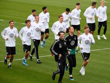 Para pemain Jerman melakukan pemanasan selama sesi latihan di Dortmund, Jerman, Senin (7/10/2019). Jerman akan menghadapi Argentina dalam laga persahabatan di Signal Iduna Park pada 10 Oktober 2019. (Ina FASSBENDER/AFP)