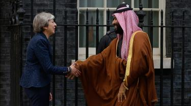 Perdana Menteri Inggris, Theresa May menyambut Putra Mahkota Arab Saudi, Pangeran Mohammed bin Salman di 10 Downing Street, London, Rabu (7/3). Kunjungan Putra Mahkota Saudi itu merupakan rangkaian tur luar negeri yang pertama kali. (AP /Alastair Grant)