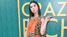"""Aktris Raline Shah berpose saat tiba menghadiri pemutaran perdana film """"Crazy Rich Asiaans"""" dari Warner Bros Pictures di TCL Chinese Theatre IMAX di Hollywood, California (7/8). Raline tampil cantik dengan busana batik. (AFP Photo/Alberto E. Rodriguez)"""