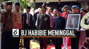 Usai menjalani proses serah terima dari keluarga ke pemerintah, jenazah BJ Habibie diberangkatkan ke Taman Makam Pahlawan (TMP) Kalibata, Jakarta Selatan untuk dimakamkan.