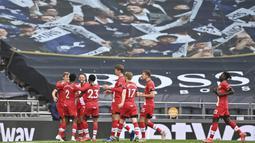 Para pemain Southampton merayakan gol yang dicetak oleh Danny Ings ke gawang Tottenham Hotspur pada laga Liga Inggris di London, Rabu (21/4/2021). Tottenham menang dengan skor 2-1. (Justin Setterfield/Pool via AP)