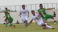 Tim Pra PON Jatim (hijau) sukses mewujudkan ambisi menang di laga pertama kualifikasi PON 2016 dengan mengalahkan Tim Pra PON DIY, 6-0, Minggu (20/3/2016) di Stadion Bandung Lautan Api, Gedebage, Bandung. (Bola.com/Fahrizal Arnas)