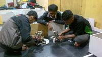 Robot buatan tiga mahasiswa Unissula Semarang akan menjadi universitas Islam pertama yang bersaing di kontes robot internasional di Amerika Serikat itu. (Liputan6.com/Edhie Prayitno Ige)