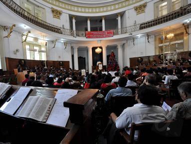 Ratusan umat Kristiani mengikuti Misa Natal di Gereja Immanuel Jakarta, Kamis (25/12/2014). (Liputan6.com/Miftahul Hayat)