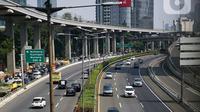 Arus kendaraan yang melintasi Tol Dalam Kota, Jakarta, Kamis (29/7/2021). Jasa Marga menyebut volume lalu lintas kendaraan di tol turun sebesar 40,97 persen selama masa Pemberlakuan Pembatasan Kegiatan Masyarakat (PPKM) Darurat Jawa-Bali pada 3-20 Juli 2021. (Liputan6.com/Faizal Fanani)