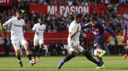 Striker Barcelona, Lionel Messi, melepaskan tendangan ke gawang Sevilla pada laga La Liga di Stadion Ramon Sanchez Pizjuan, Sabtu (23/2). Barcelona menang 4-2 atas Sevilla. (AP/Miguel Morenatti)