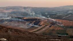 Asap mengepul setelah serangan artileri berat Israel di desa perbatasan Maroun Al-Ras, Lebanon, Minggu (1/9/2019). Israel menuduh Lebanon memulai serangan ke wilayahnya hingga harus membalas tembakan. (AP Photo/Mohammed Zaatari)