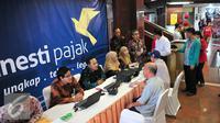 Para petugas melayani konsultasi pedagang terkait  program tax amnesty di ITC Mangga Dua, Jakarta, Selasa (1/11). Setelah pengusaha besar ikut tax amnesty, kini pemerintah menargetkan pelaku UMKM untuk ikut dalam program ini. (Liputan6.com/Angga Yuniar)