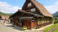 Gassho zukuri, penginapan bergaya arsitektur tradisional Jepang yang berada di area Shirakawa-go. (dok. Instagram @yuu_oki/https://www.instagram.com/yuu_oki/?hl=en/Dinny Mutiah)