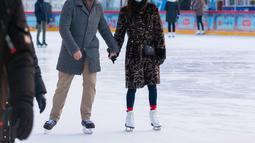 Orang-orang bermain skating di gelanggang es GUM di Lapangan Merah di Moskow, Rusia (2/12/2020). Gelanggang es di Lapangan Merah tersebut akan dibuka untuk umum hingga 1 Maret 2021. (Xinhua/Bai Xueqi)