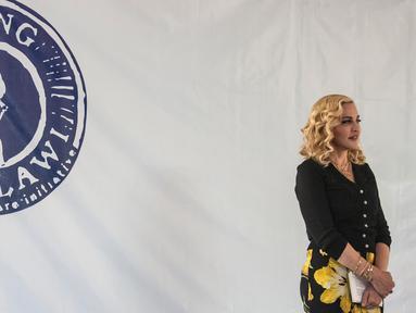 Madonna menghadiri pembukaan fasilitas medis The Mercy James Institute for Paediatric Surgery and Intensive Care di Malawi, Selasa (11/7). Fasilitas itu difungsikan sebagai pusat layanan bedah dan perawatan intensif untuk anak-anak. (AMOS GUMULIRA/AFP)