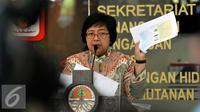 Menteri Lingkungan Hidup dan Kehutanan (LHK), Siti Nurbaya memperlihatkan data saat Konferensi Pers di Kementrian LHK, Jakarta, Jumat (18/9/2015). Siti Nurbaya menetapkan 10 perusahaan terlibat dalam pembakaran hutan. (Liputan6.com/Johan Tallo)