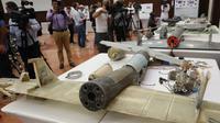 Sejumlah puing pesawat tanpa awak (drone) Ababil buatan Iran milik pemberontak Houthi saat gelar rilis di Abu Dhabi, (19/6). Drone itu membawa perangkat peledak ketika terbang di atas wilayah al-Nukhaila di distrik al-Duraihimi. (AFP PHOTO / Karim Sahib)