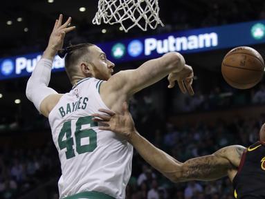 Pemain Boston, Aron Baynes (46) menghalau bola tembakan pemain Cleveland, George Hill (3) pada gim kelima final NBA Wilayah Timur di TD Garden, Boston, (23/5/2018). Boston Celtics menang 96-83. (AP/Charles Krupa)
