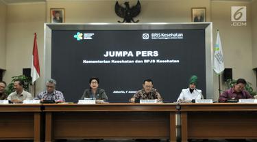 Menkes Nila Moeloek didampingi Dirut BPJS Kesehatan Fachmi Idris beserta jajaran saat menggelar konpers terkait pemutusan kerjasama antara rumah sakit yang belum terakreditasi dan BPJS Kesehatan di Jakarta, Senin (7/1). (Merdeka.com/Iqbal S. Nugroho)