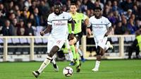 Gelandang AC Milan, Tiemoue Bakayoko, menggiring bola saat melawan Fiorentina pada laga Serie A di Stadion Artemio Franchi, Sabtu (11/5). AC Milan menang 1-0 atas Fiorentina. (AP/Claudio Giovanni)