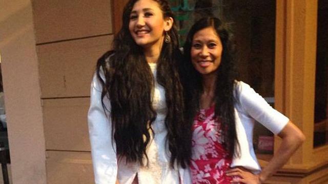Meskipun telah tampil cantik dengan mengenakan gaun putih seperti seorang putri, gadis ini diusir oleh dekan sekolahnya saat acara berlangsung.