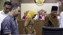 Gubernur Jawa Timur Khofifah Indar Parawansa (tengah) usai mengucapkan sumpah sebagai saksi pada sidang lanjutan suap seleksi pengisian jabatan di Kementerian Agama dengan terdakwa Haris Hasanuddin dan M Muafad Wirahadi, Pengadilan Tipikor, Jakarta, Rabu (3/7/2019). (Liputan6.com/Helmi Fithriansyah)
