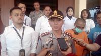 Kapolres Garut AKBP Budi Satria Wiguna bersama tersangka pedofil di Garut (liputan6.com/Jayadi Supriadin)