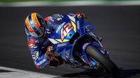 Pembalap Team Suzuki Ecstar, Alex Rins, beraksi di lintasan Sirkuit Silverstone, di MotoGP Inggris, Minggu (25/8). Alex Reins tampil jadi kampiun di balap ini. (Dok. Suzuki).