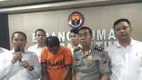 Polisi menangkap seorang pria warga Surabaya bernama Joko Susilo yang mengaku sebagai Staf HRD Konsultan Amerika dan menipu banyak orang. (Liputan6.com/ Dian Kurniawan)