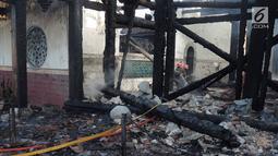 Petugas damkar mendinginkan sisa kebakaran yang melanda kompleks Kelenteng Tay Kak Sie di Gang Lombok, Semarang, Kamis (21/3). Bangunan yang terbakar merupakan rumah abu yang berada satu kompleks dengan bangunan utama kelenteng. (Liputan6.com/Gholib)