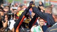 Pembalap Red Bull Max Verstappen berselebrasi bersama timnya setelah memenangkan Grand Prix Formula Satu Austria di Red Bull Racetrack di Spielberg, Austria selatan, (1/7). Verstappen mencatatkan waktu 1:21:56,024. (AP Photo / Ronald Zak)