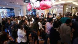 Sejumlah pembeli bergegas ketika pintu department store Galeries Lafayette terbuka di Paris, Rabu (22/6). Warga Prancis memanfaatkan diskon besar-besar awal penjualan musim panas yang diberikan Galeries Lafayette untuk berbelanja (REUTERS/Jacky Naegelen)