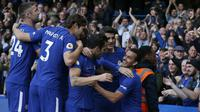 Selebrasi para pemain Chelsea usai Pedro Rodriguez mencetak gol ke gawang Watford. Chelsea unggul 1-0 pada babak pertama pada laga pekan kesembilan Liga Inggris 2017/2018 di Stamford Bridge itu, Sabtu (21/10/2017). (Ian KINGTON / AFP)