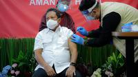 Kementerian Kelautan dan Perikanan mulai melakukan vaksinasi Covid-19 bagi para pegawai, termasuk Menteri KPP Sakti Wahyu Trenggono. (Foto: Liputan6.com/Dok. KKP)