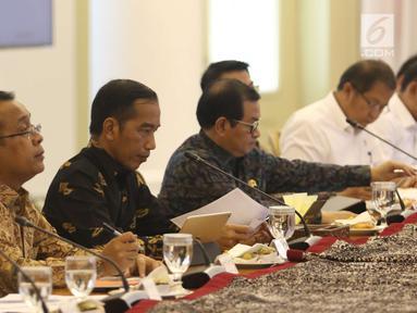Presiden Joko Widodo saat memimpin rapat terbatas di Istana Bogor, Senin (22/10).Ratas tersebut membahas persiapan OOC (Our Ocean Conference 2018) yang akan di selenggarakan di Bali. (Liputan6.com/Angga Yuniar)