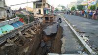 Jalan Sultan Agung di Kabupaten Jember, Jawa Timur ambles sepanjang sekitar 94 meter dan lebar 10 meter. (Foto: Dok BPBD Kab Jember)