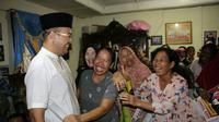 Cawagub Sumsel Irwansyah diidolakan ibu-ibu di Kelurahan Bukit Lama (Liputan6.com / Nefri Inge)