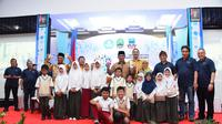 Gubernur Ridwan Kamil dan Mendikbud Muhadjir Effendy tengah berfoto bersama dengan para pelajar Garut (Liputan6.com/Jayadi Supriadin)