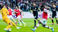 Striker Arsenal, Bukayo Saka, berusaha membobol gawang Eintracht Frankfurt pada laga Europa League di Frankfurt, Kamis (19/9). Frankfurt kalah 0-3 dari Arsenal. (AFP/Uwe Anspach)