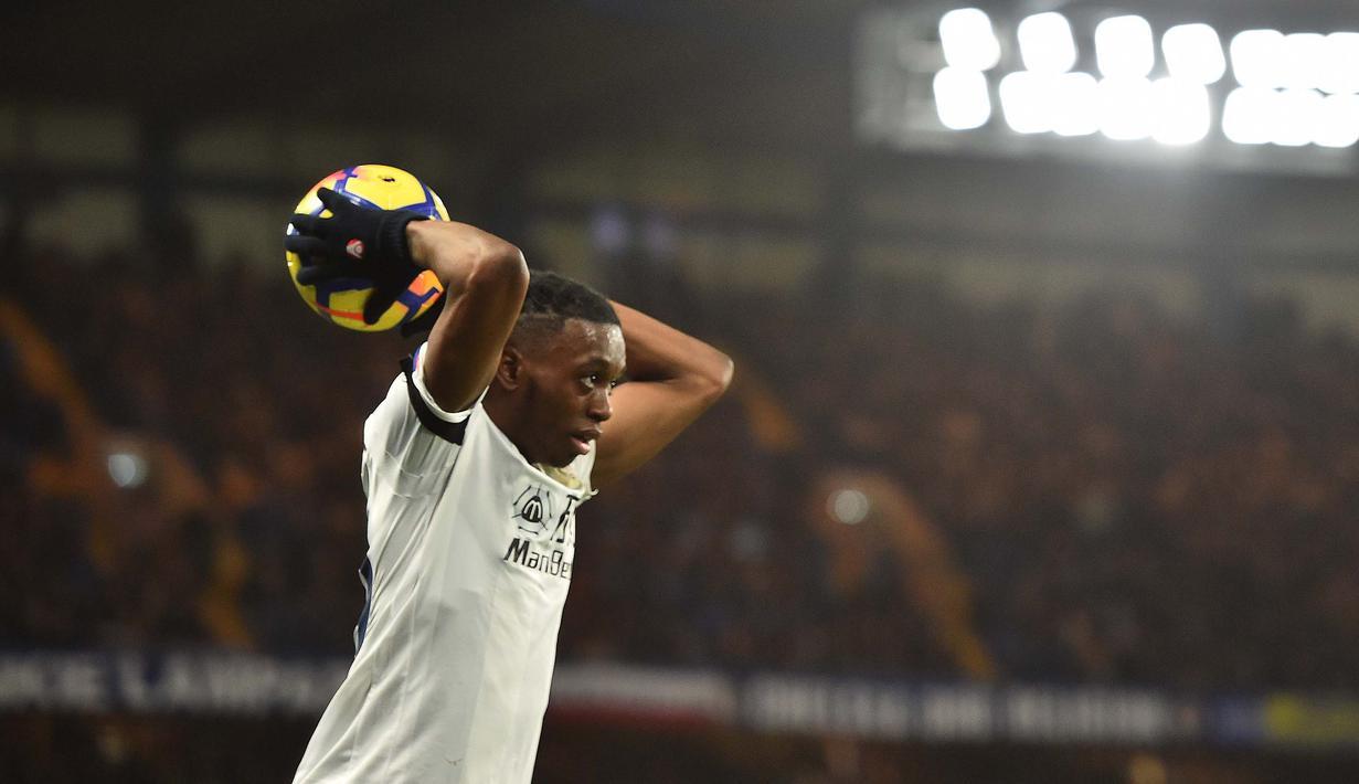 Aaron Wan-Bissaka resmi menjadi rekrutan perdana dari pelatih Manchester United, Ole Gunnar Solskjaer. (Photo by Glyn KIRK / AFP)