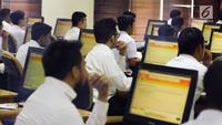 Peserta tes seleksi CPNS Kemenkumham saat menjawab soal dengan sistem CAT di gedung BKN, Jakarta, Senin (11/9). Pada 2017, tercatat 1.116.138 pelamar CPNS mendaftar di lingkungan Kemenkumham. (Liputan6.com/Helmi Fithriansyah)