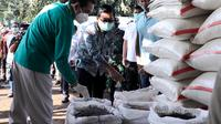 Menteri Perdagangan Agus Suparmanto saat melakukan kunjungan lapangan sekaligus melakukan sidakpemantauan ketersediaan stok bahan pokok ke Pasar Induk Beras Cipinang (PIBC) dan PT. Food StationTjipinang Jaya di Jakarta, Kamis (16/4/2020). (Dok. Kemendag)