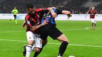 Duel antara Suso dan Milan Skiniar pada laga lanjutan Serie A yang berlangsung di Stadion San Siro, Milan, Senin (18/3). Inter Milan menang 3-2 atas AC Milan. (AFP/Miguel Medina)