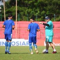Pelatih Persib Bandung, Robert Alberts, tengah memberikan instruksi dalam uji lapangan resmi yang dilakukan timnya jelang menghadapi PSM Makassar dalam laga pekan ke-15 Shopee Liga 1 2019 yang akan digelar di Stadion Andi Mattalatta Mattoangin, Makassar, Minggu (18/8/2019). (Bola.com/Abdi Satria)