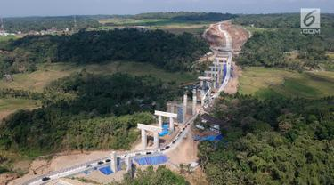 Foto udara antrean kendaraan pemudik saat melintasi tanjakan Jembatan Kali Kenteng di ruas tol fungsional Salatiga-Kartasura, Kab Semarang, Jateng, Selasa (12/6). Kepadatan terjadi karena belum selesainya pembangunan jembatan. (Liputan6.com/Arya Manggala)
