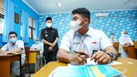 Gubernur Riau Syamsuar meninjau pembelajaran tatap muka terbatas di Pekanbaru. (Liputan6.com/Diskominfo Riau)