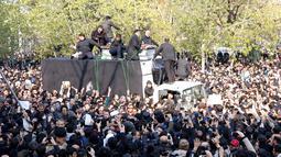 Ribuan orang ikut mengiringi jenazah Hashemi Rafsanjani menuju tempat upacara pemakaman di Teheran, Iran (10/1). Rafsanjani ikut berperan penting dalam reovolusi 1979 namun belakangan bertentangan dengan kelompok garis keras. (AFP/Atta Kenare)